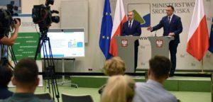 Zdjęcie z konferencji prasowej. Na zdjęciu Minister Środowiska Henryk Kowalczyk oraz Dyrektor Instytutu Ochrony Środowiska Krystian Szczepański
